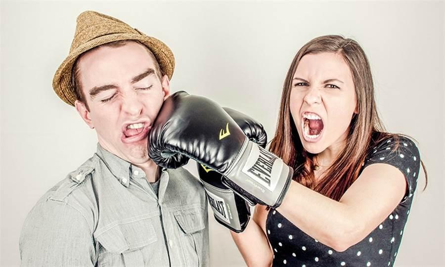 當你與另一半爭執時出現批評、輕蔑、自我保護、石牆,你的婚姻將會出現危機。(圖/pixabay)
