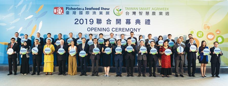2020臺灣智慧農業週2020年移師南港展覽館舉辦,盛況可期;圖為貿有公司董事長張光球(前排右六)和各國貴賓參加2019年展會開幕典禮。圖/業者提供