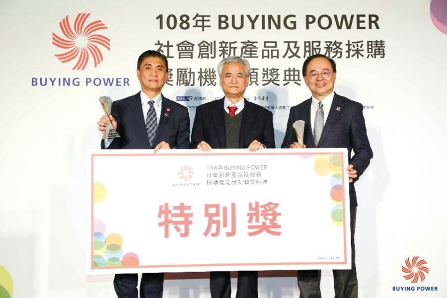 台灣連鎖加盟促進協會理事長李日東(左一)由內政部參事詹德樞頒發特別獎。圖/加盟促進協會提供