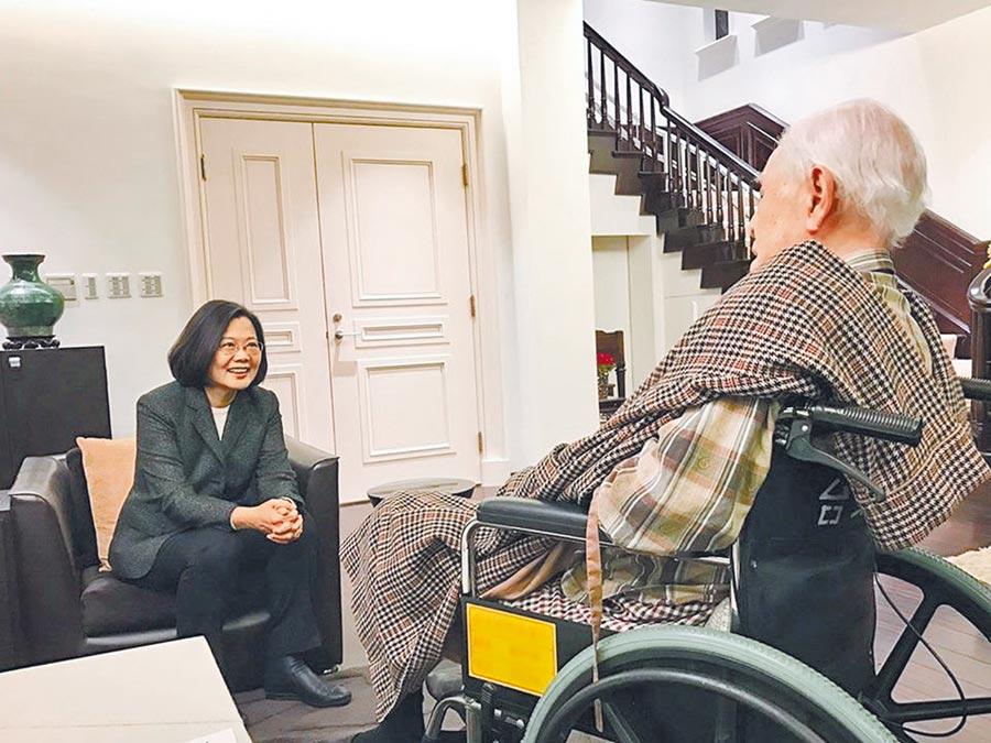 蔡英文總統14日在臉書公布和陳菊祕書長一起去探望李前總統,提前祝他生日快樂。(摘自蔡英文臉書)