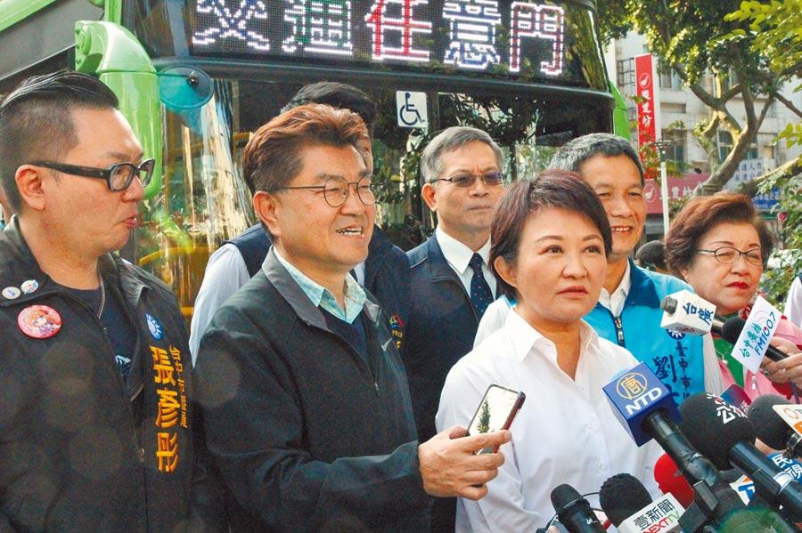 台南市議員謝龍介在選前宣稱國民黨在中市拿不到5席立委,要去跳柳川。台中市長盧秀燕(左三)表示,她並不反對,但不能破壞台灣燈會的燈飾,還要喊「台灣燈會在台中」。(陳淑芬攝)