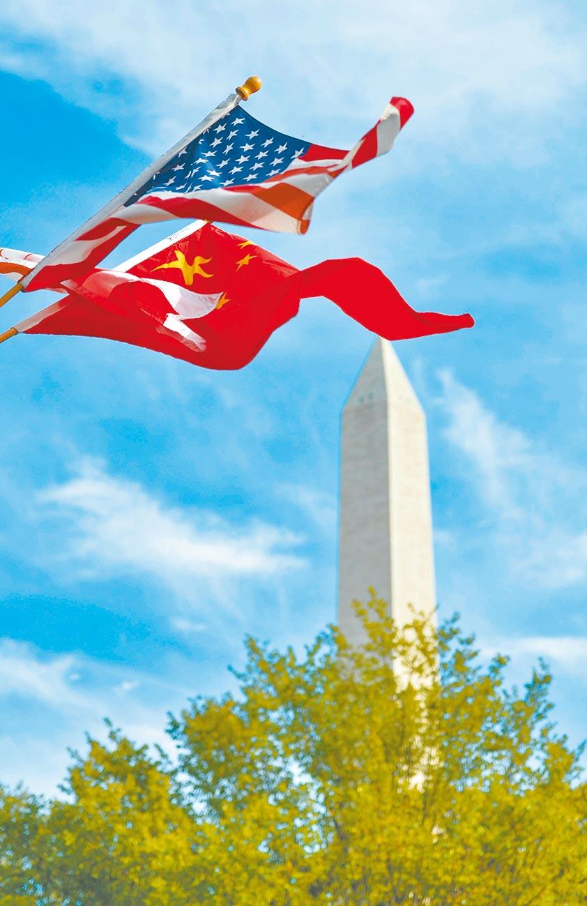 下滑的陸美關係迎來首個關鍵協議。圖為華盛頓街頭飄揚中美國旗。(新華社資料照片)