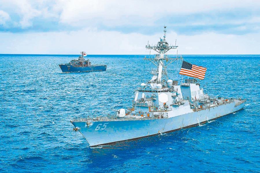 美國操弄台灣牌,加劇兩岸緊張。圖為2018年7月,美軍班福特號驅逐艦通過台海。(取自美國海軍官網)