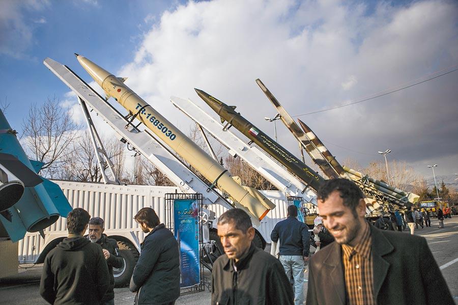 美軍擊殺伊朗將領蘇雷曼尼,升高美伊衝突。圖為紀念伊朗革命勝利40周年的軍事裝備展。 (新華社資料照片)