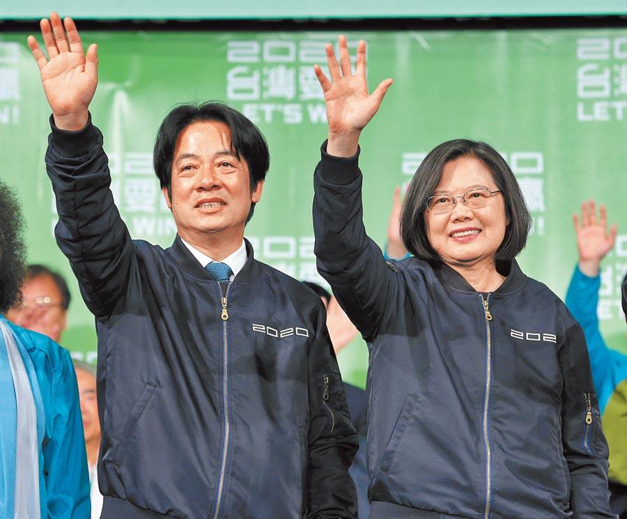 1月11日,民進黨總統、副總統候選人蔡英文(右)、賴清德(左)勝選,一同向群眾揮手感謝。(本報系資料照片)