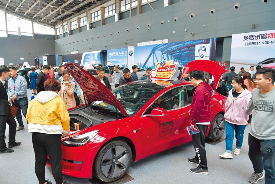 2019年4月19日,河北國際汽車展覽會暨新能源.智能汽車展,美國特斯拉電動車展區吸引參觀者駐足。(中新社)