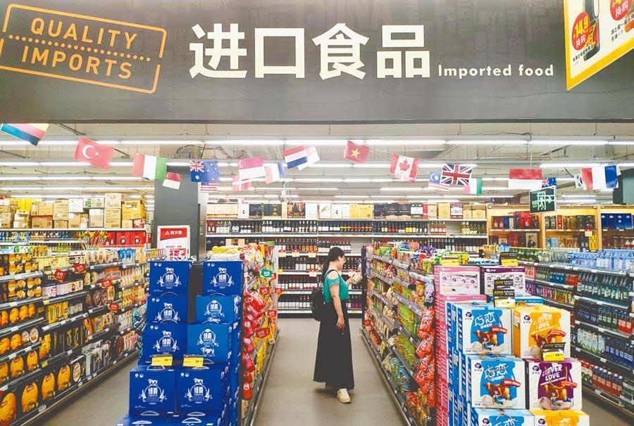 2019年大陸貨物貿易進出口總值31.54兆人民幣。圖為民眾在廈門超市內的進口食品區挑選商品。(中新社資料照片)