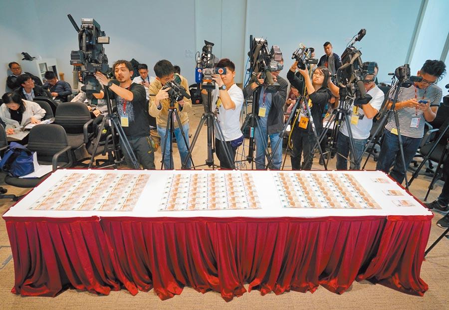 廣東人大會議開幕,罕見對港媒設限,圖為2018年港媒拍攝香港金融管理局整版新鈔。(中新社資料照片)