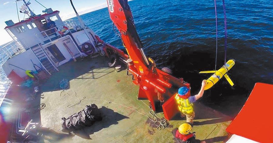 美軍測量船投放水下偵察設備。(取自環球網)