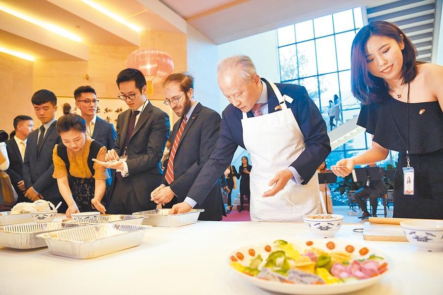 2019年2月16日,美國華盛頓,大陸駐美大使崔天凱(右2)在中美青年新春聯歡活動上,同青年們一起包餃子。(新華社)