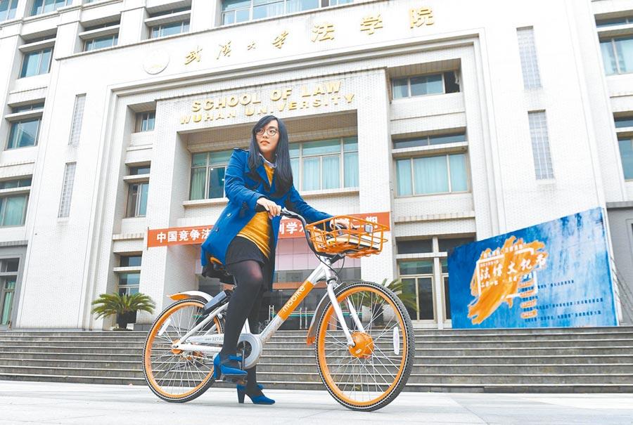 台生騎車至武漢大學法學院上課。(新華社資料照片)