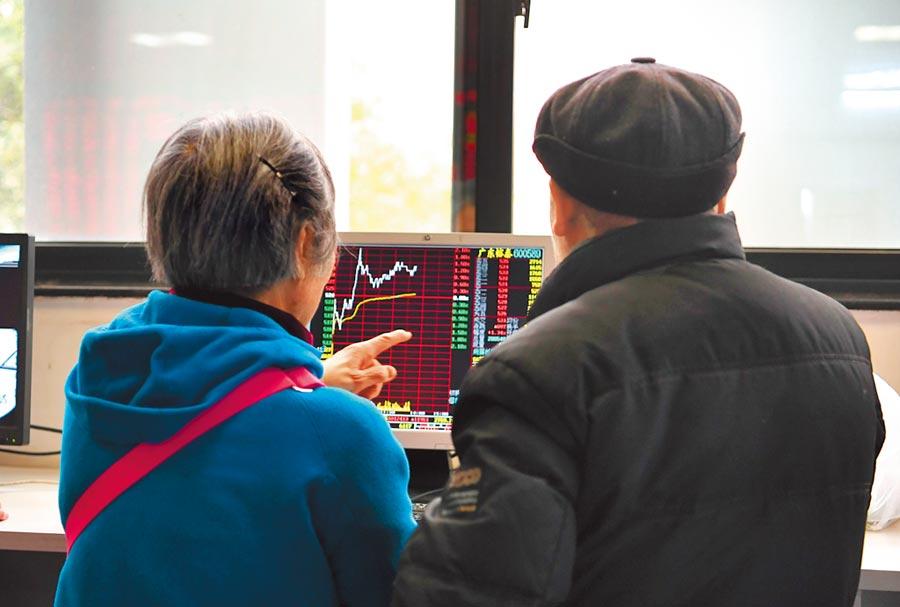 2019年12月16日,股民在四川成都一家證券營業部大廳關注股票行情。(中新社)
