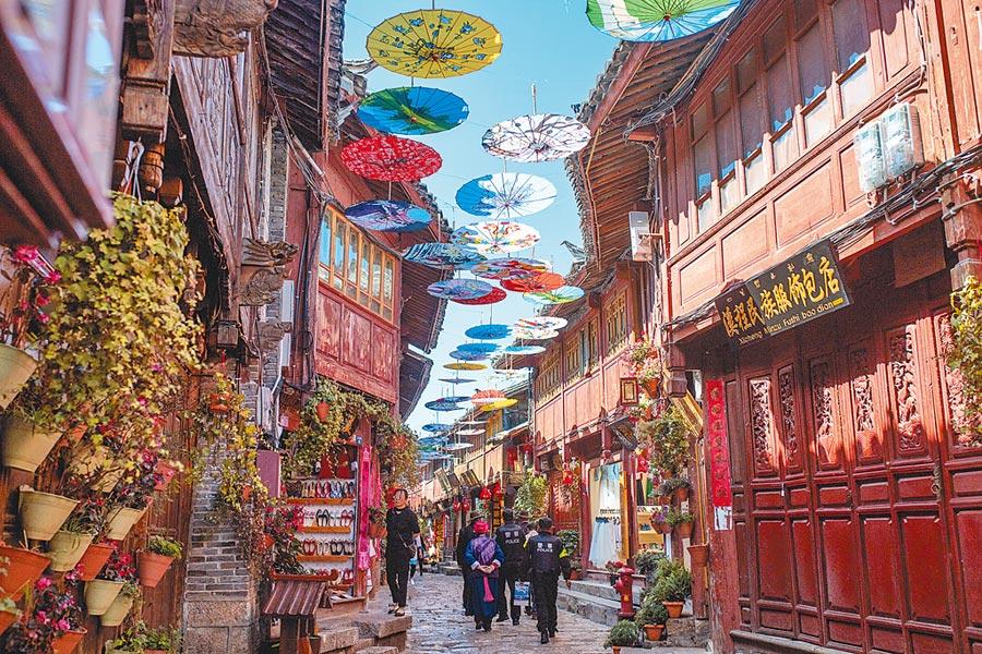 2019年4月22日,遊客在雲南麗江古城觀光。(新華社)