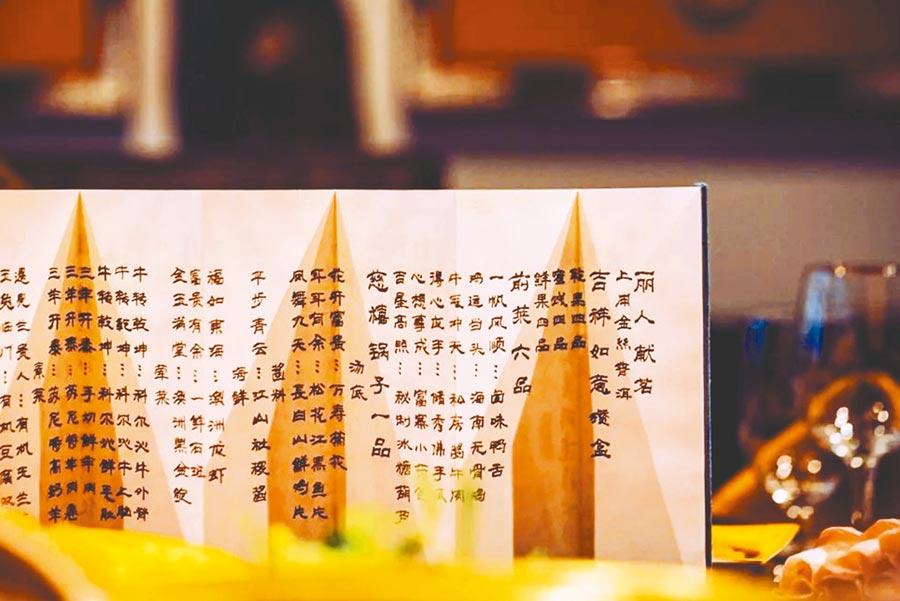 北京故宮文創擴大範圍,年夜飯賣出「皇家範兒」。(取自新浪微博@華鳶王)