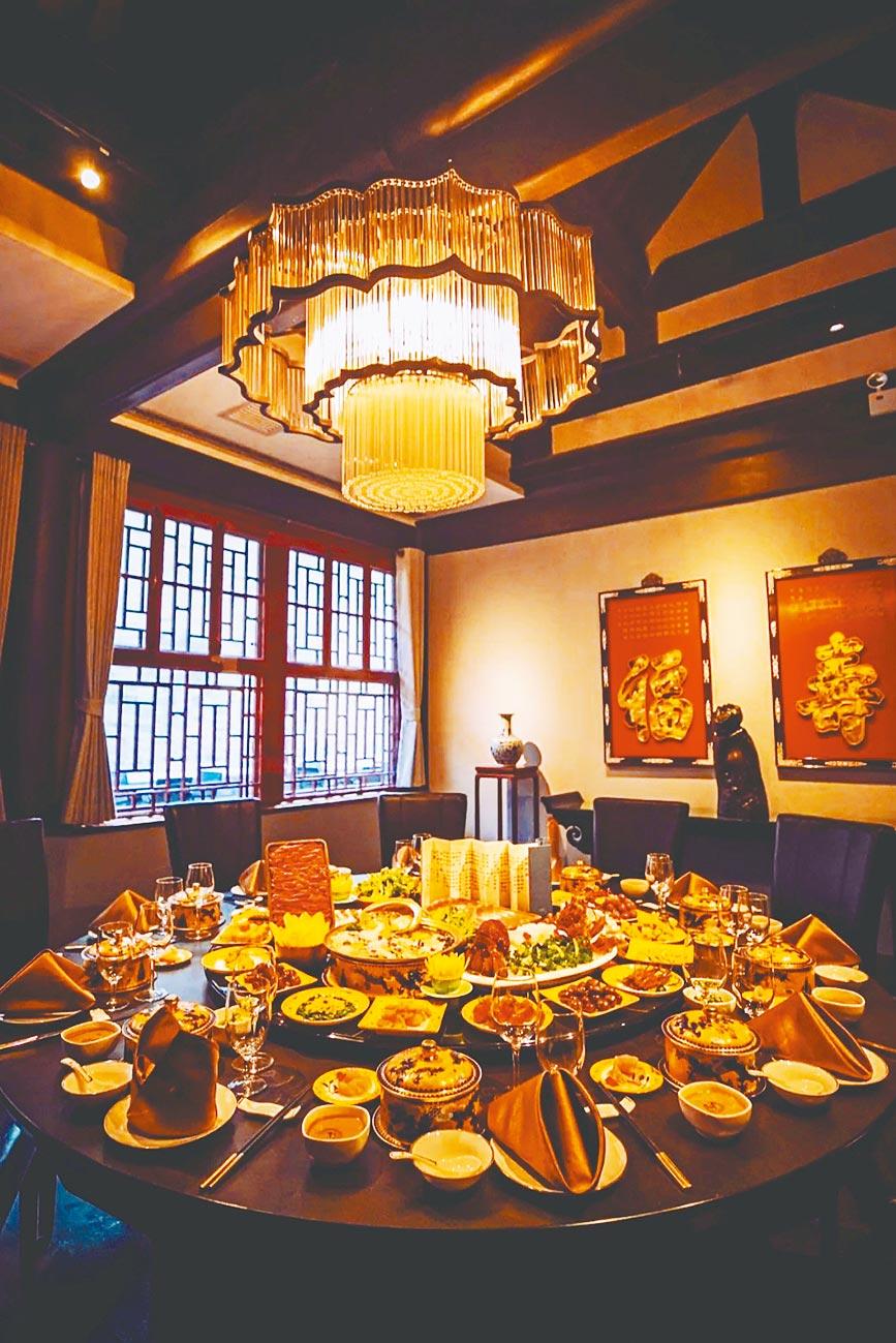 北京故宮角樓餐廳推出的年夜飯,一桌價格6688元人民幣,近新台幣3萬元。(取自新浪微博@華鳶王)