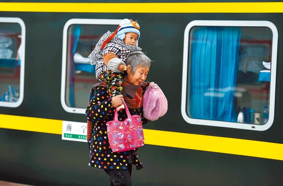 近年來「反向春運」成長,即部分銀髮族前往子女工作地過年,為一種特殊過年方式。(新華社資料照片)