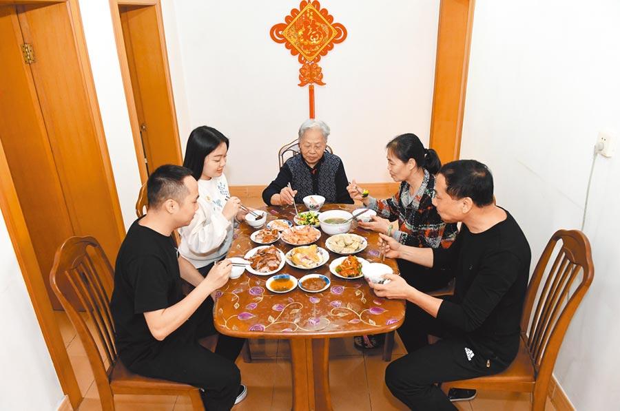 常年放外賣的餐桌,也終於有了「媽媽的味道」。(新華社資料照片)