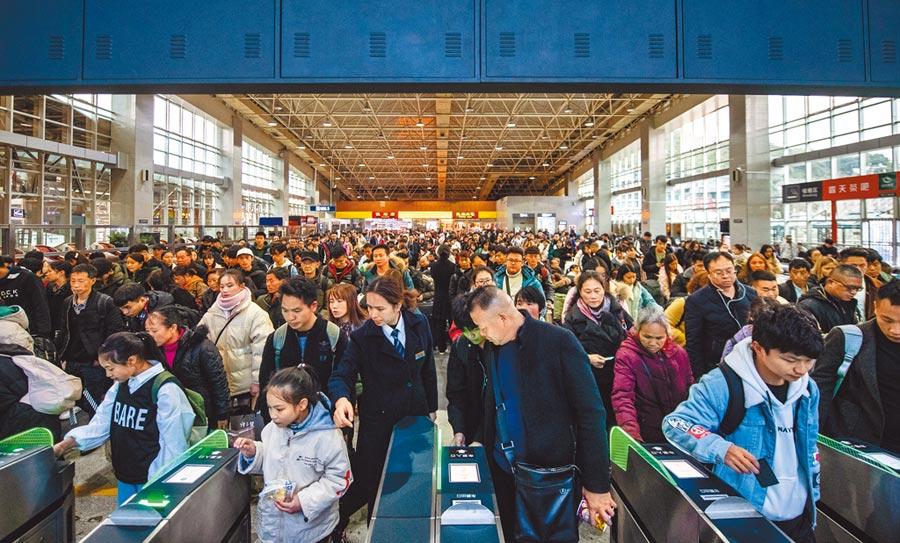 春運鐵路運輸人潮是一線戰場,圖為10日貴州貴陽火車站。(新華社)