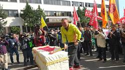 公用碼頭改專用影響生計 500工人抬棺抗議