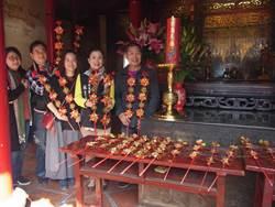 北港媽祖爐花滿載整年香火 信眾擲筊求花