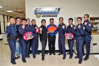 警察辛苦了 警友主任林忠坤提水果贈紅包慰勞