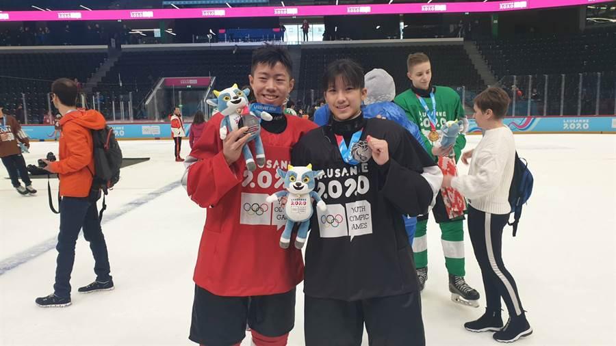 洛桑冬青奧混合國家奧會三對三冰球,中華小將林威宇(左)、張恩婗(右)所屬的紅隊與黑隊獲得銀牌。(體育署提供/廖德修傳真)