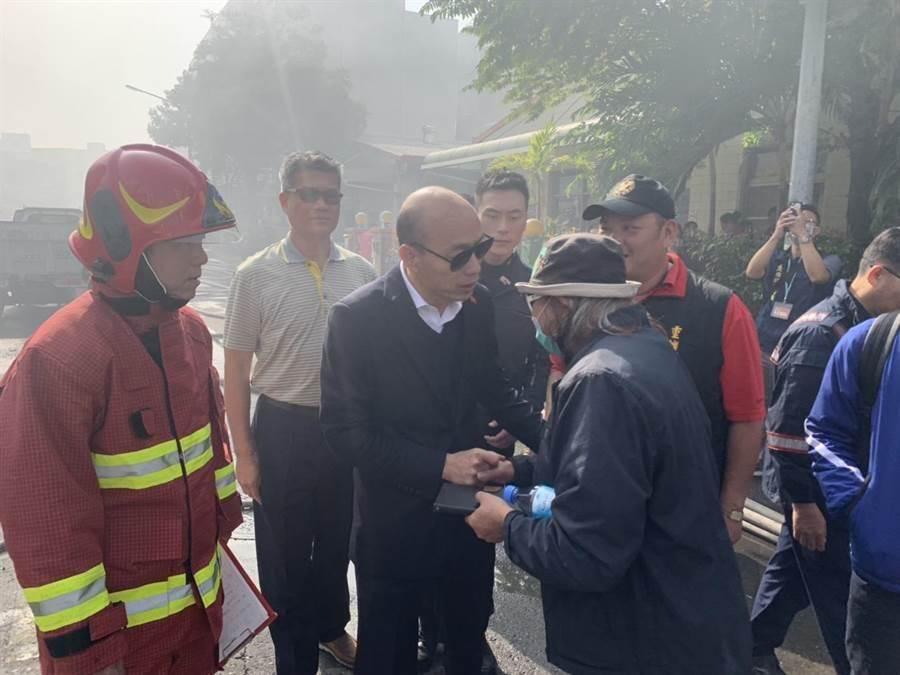 高雄市長韓國瑜上午臨時增加行程,前往火警現場視察。(高市新聞局提供/林宏聰高雄傳真)