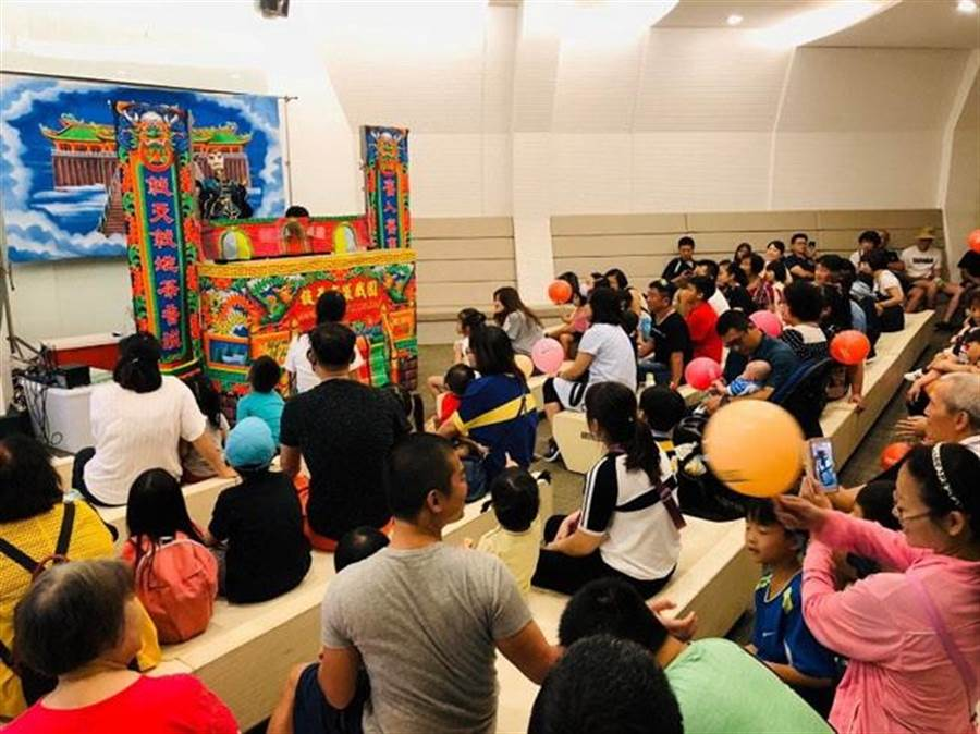春節連假期間,白蘭氏健康博物館攜手總統級布袋戲「敘舊布袋戲團」,邀請民眾一同體驗台灣藝術文化。(圖/白蘭氏提供)