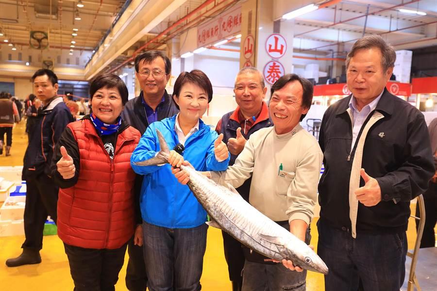 台中市長盧秀燕16日視察台中魚市場,瞭解魚貨供銷狀況,讚魚貨品質好。(台中市政府提供/黃國峰台中傳真)
