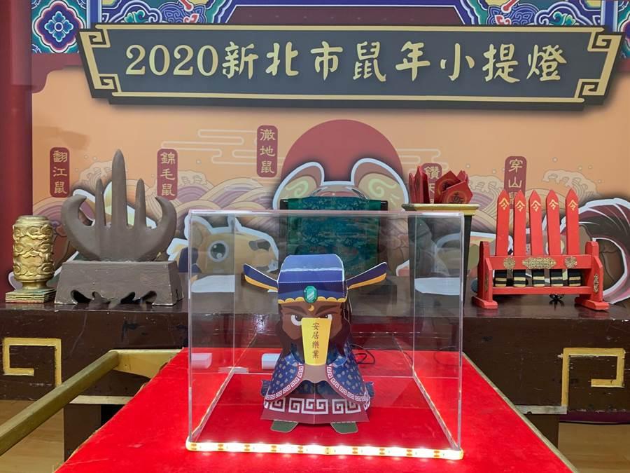 限量版「包青天」提燈,明(17日)起上民政局臉書分享貼文即可參加抽獎。(許哲瑗攝)
