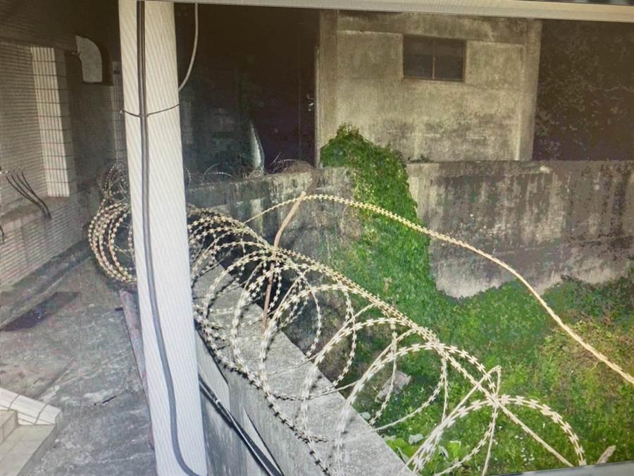 斐姓移工行凶後,翻越工廠2公尺高的蛇籠圍牆逃逸。(翻攝相片/劉秀芬台南傳真)
