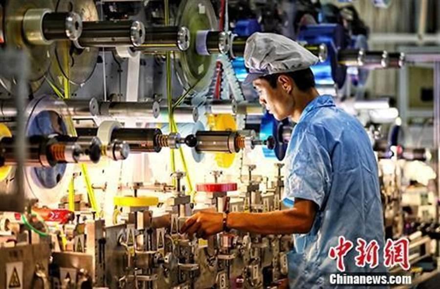 江蘇省去年GDP達10兆人民幣,圖為江蘇鹽城一家企業內的生產景象。(取自中新網)