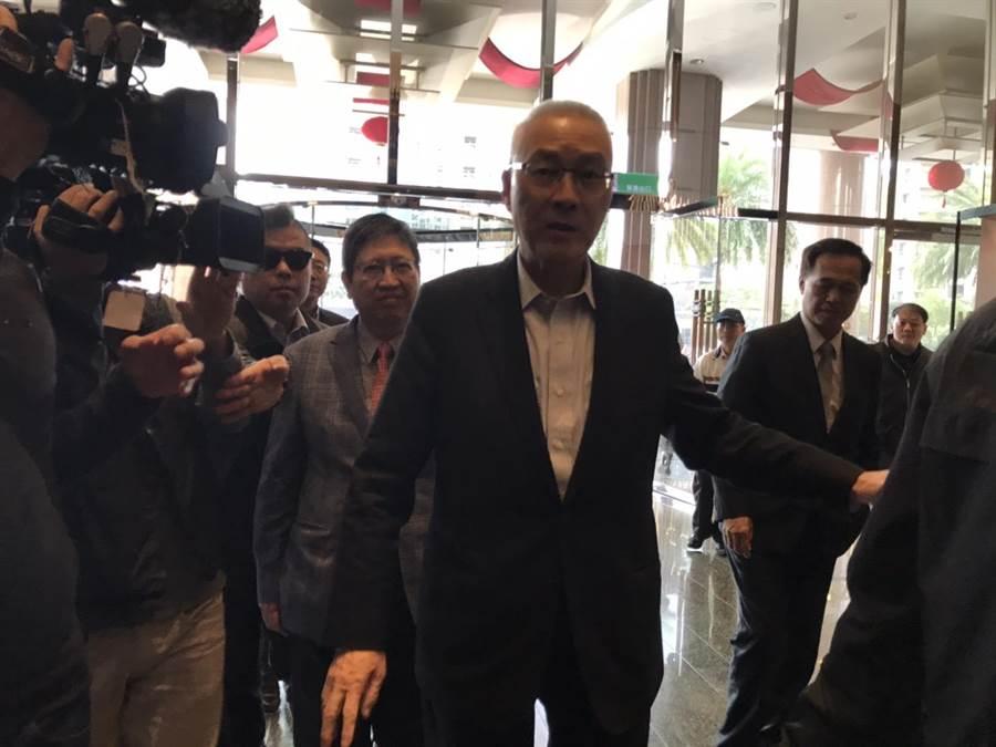 前國民黨主席吳敦義(中)被問及心情,回應「怎麼會好」,但參加喜宴一定要好。(莊旻靜攝)