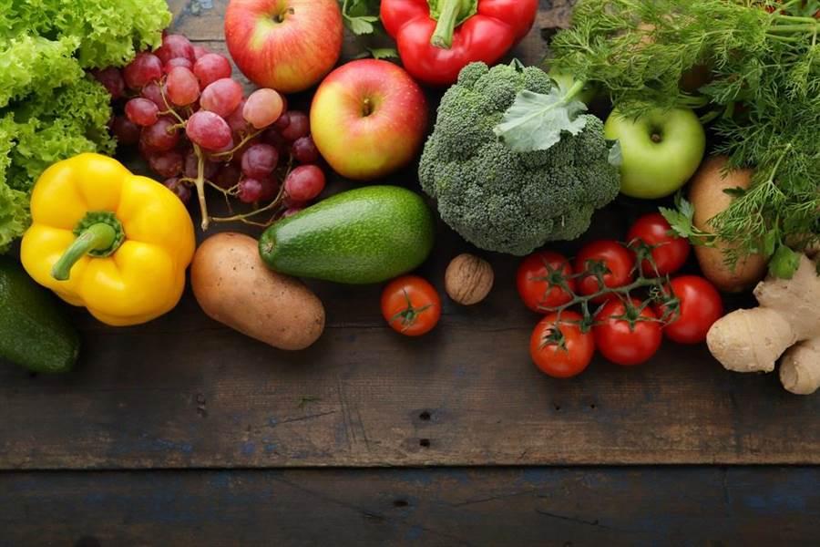 市場上唾手可得的各色新鮮蔬果之中富含各種「植化素」,就是物美價廉的抗癌食材。(達志影像/shutterstock)