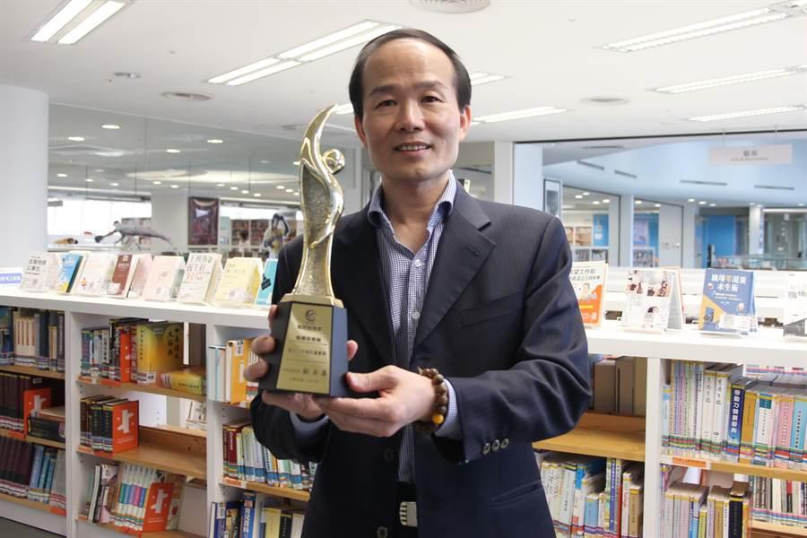 國資圖獲「第2屆政府服務獎」肯定。館長劉仲成說,是團隊同心努力的成果。(陳淑芬攝)