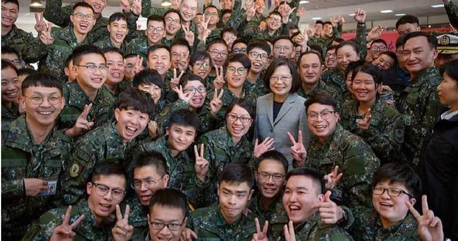 總統蔡英文今(16)日視察機步269旅,預祝新年並頒發加菜金,強調國安是沒有假期的,希國軍強化戰備。(圖/總統府)