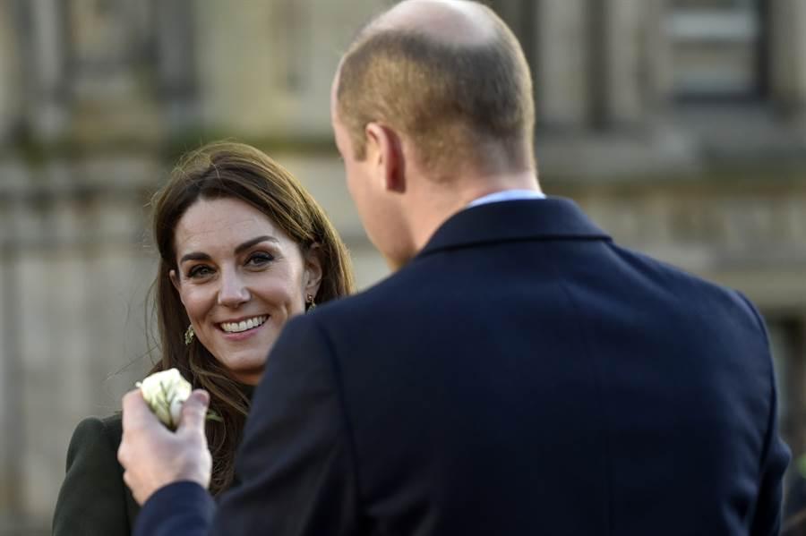劍橋公爵威廉王子15和妻子凱特在北英格蘭的布拉福(Bradford)世紀廣場(Centenary Square)會見群眾時,罕見地在眾目睽睽下,為愛妻獻上一朵白玫瑰。(美聯社)