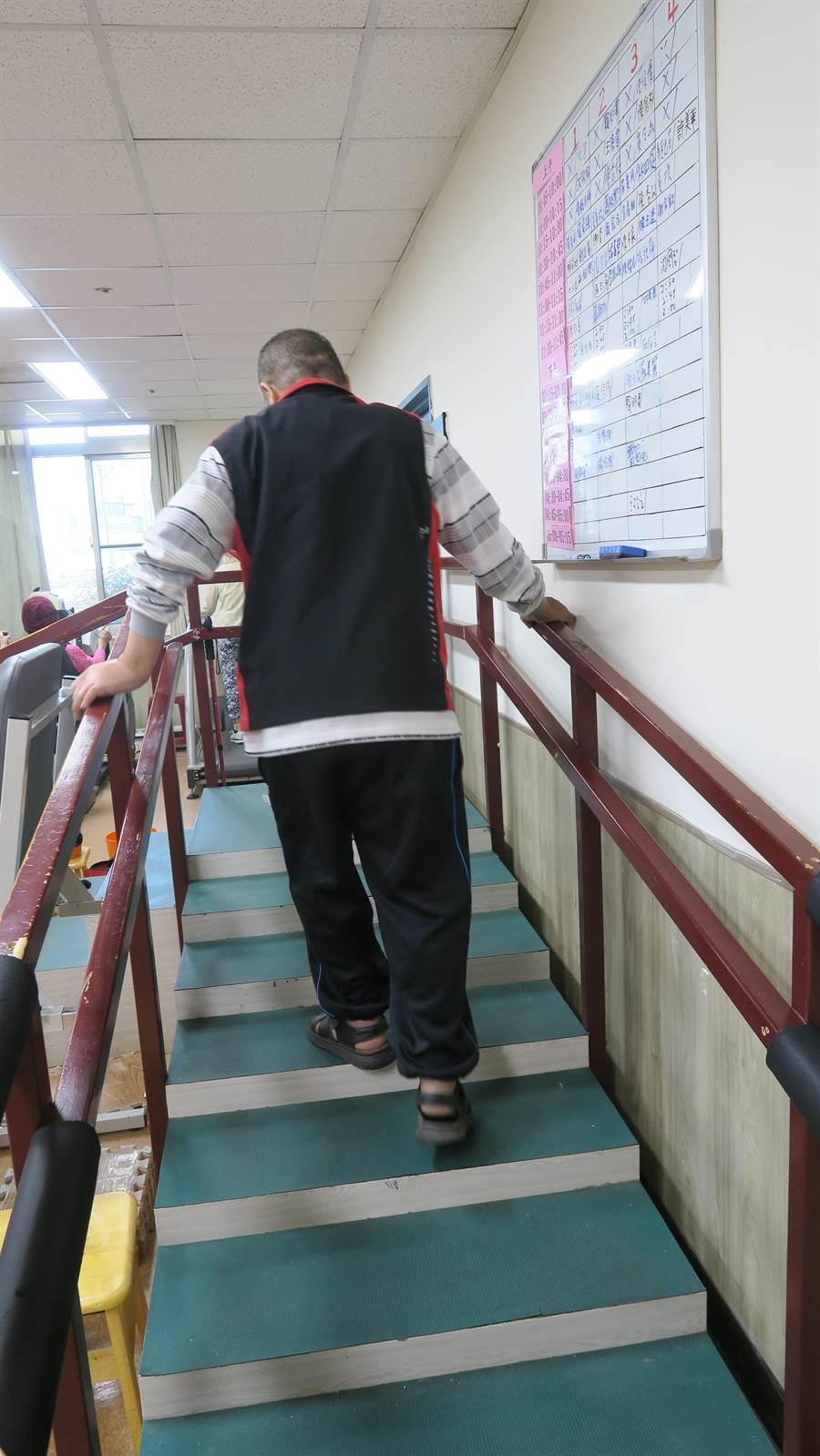 如今陳男已能靠自己慢慢行走,目前仍持續每周三天到彰化醫院。(彰化醫院提供/謝瓊雲彰化傳真)
