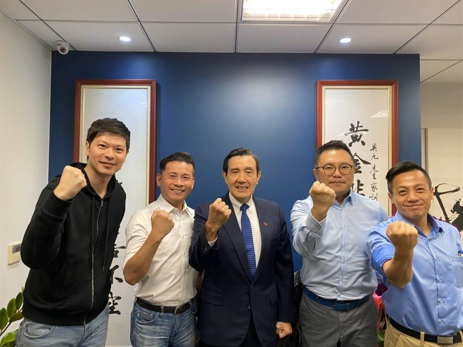 國民黨青壯派的台北市議員李柏毅 (左起)、戴錫欽、張斯綱及李明賢,上午拜會馬英九 (中)。圖:張斯綱提供