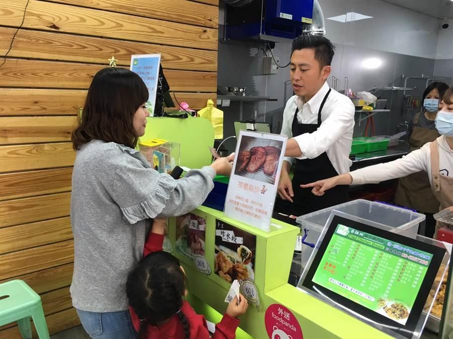 市長林智堅16日前往感謝雞排店老闆支持,也當起1日店長炸雞排與賣雞排,還當場宣布再加碼送817杯青草茶。(陳育賢攝)