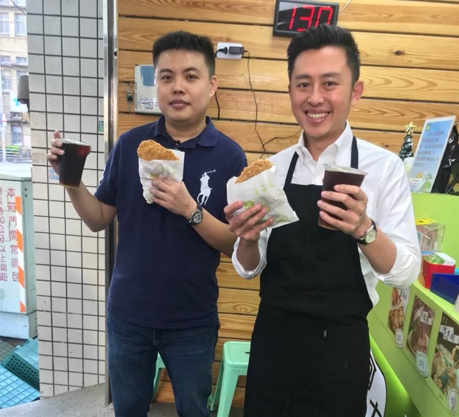 市長林智堅(右)16日前往感謝雞排店老闆支持,也當起1日店長炸雞排與賣雞排,還當場宣布再加碼送817杯青草茶。(陳育賢攝)