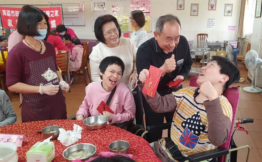 社會局長黃淵源(右二)代表高雄市長韓國瑜發放過年紅包。(高雄市政府社會局提供/林雅惠高雄傳真)