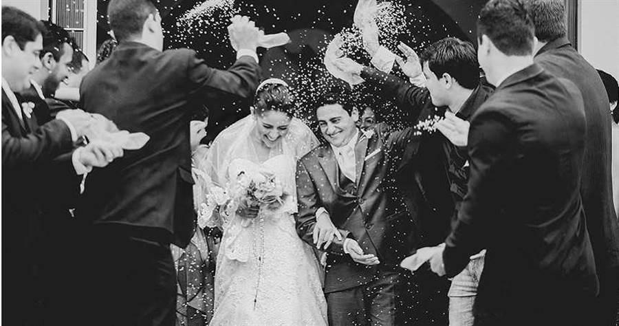 黑道仇家闖婚禮,新娘當眾被射殺身亡。(示意圖/取自Unsplash)