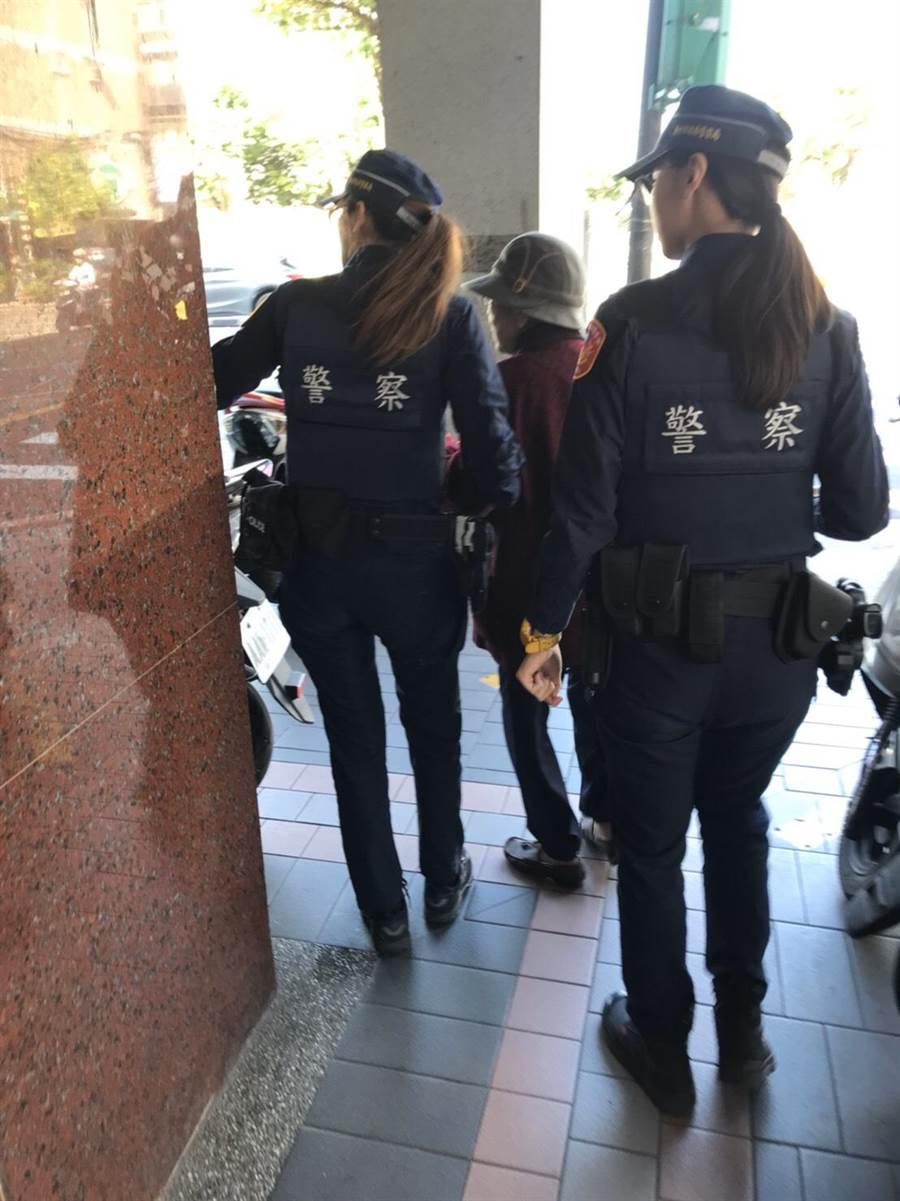 新北市政府警察局婦幼警察隊警員協助老嫗與家人團聚。(新北市警察局提供/葉書宏新北傳真)