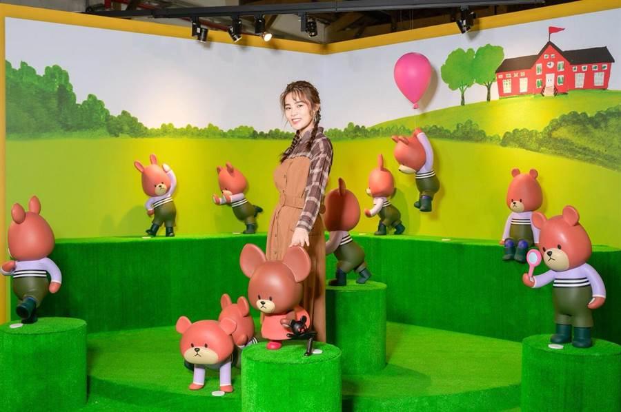 李佳歡參觀小熊學校特展。(寬宏藝術提供)