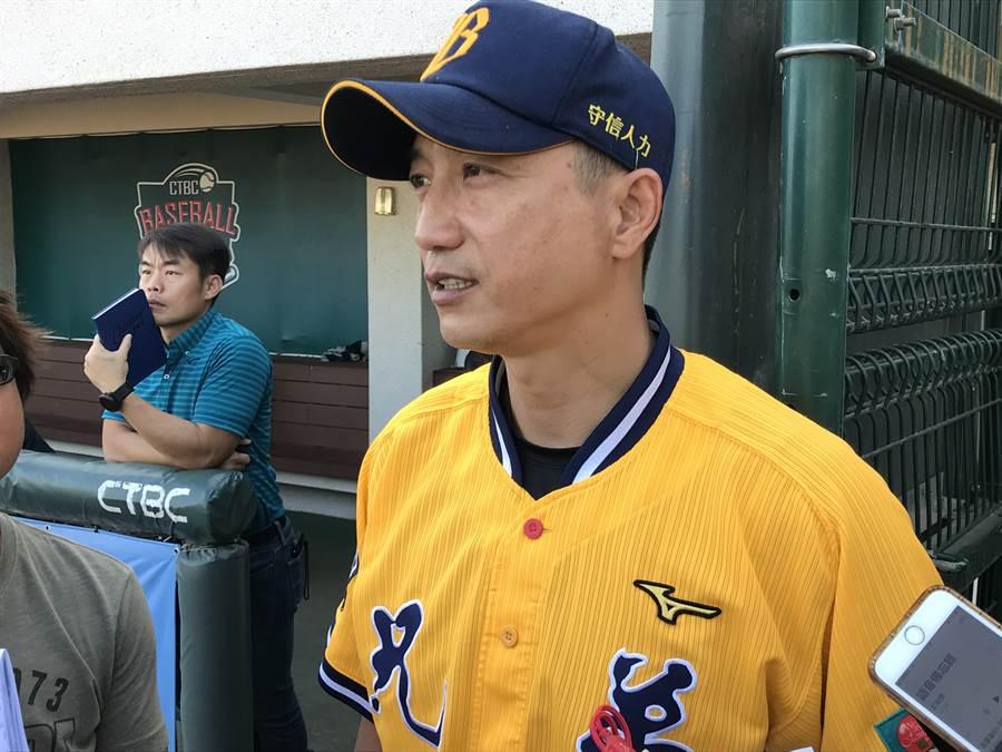 中信兄弟總教練丘昌榮,向球員喊話「莫忘初心」。(鄧心瑜攝)