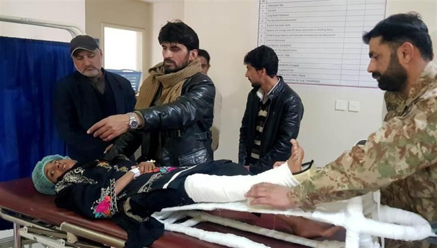 巴基斯坦控制的喀什米爾,最近遭雪崩和土石流襲擊,但12歲女孩莎米娜,卻在被活埋18小時後獲救,只有腿部骨折。她獲救後在醫院接受治療。(路透)
