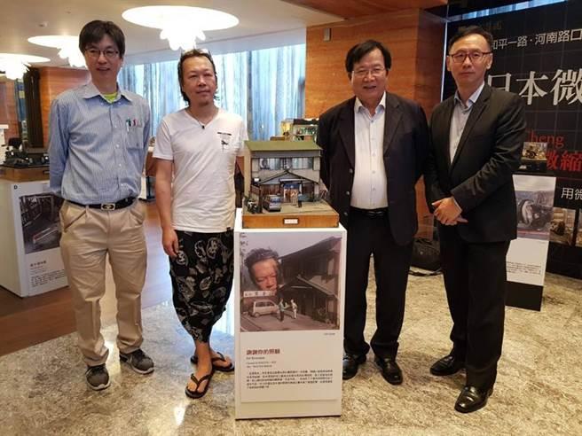 (京城建設總經理陳添進(右二)與國際知名微縮模型大師鄭鴻展(左二)等人,17日在京城逸文苑一樓大廳,與獲得日本雙料冠軍的作品「謝謝你照顧我」合影。圖/顏瑞田)