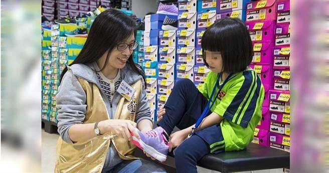 理事長張旖(左)與志工們用心陪伴孩子們挑選適合的衣鞋,希望孩子們的上學之路更加舒適。(圖/道家人文協會提供)