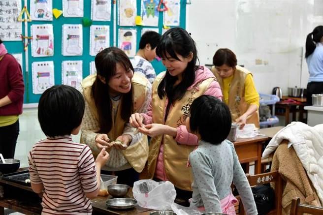 捐贈儀式結束後,小朋友們與志工一起包水餃,共進幸福午餐。(圖/道家人文協會提供)